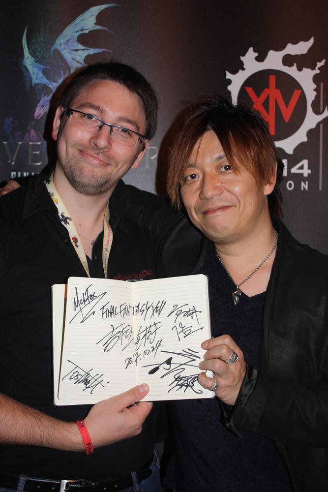 Ookami et Naoki Yoshida étrennant le nouveau carnet d'autographe !
