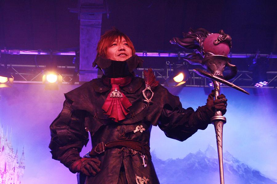 Yoshi-P porte bien le costume de mage noir ^^