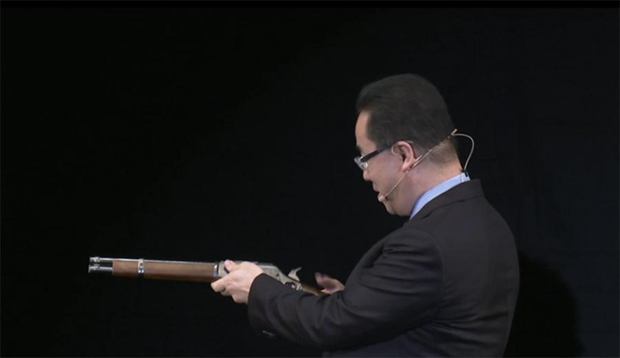 Quand l'ancien CEO de Square Enix arrive sur la scène, c'est avec un fusil !