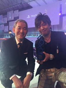 Naoki yoshida pose avec Atsuhi Morita, président de Sony Computer Entertainment Japan Asia